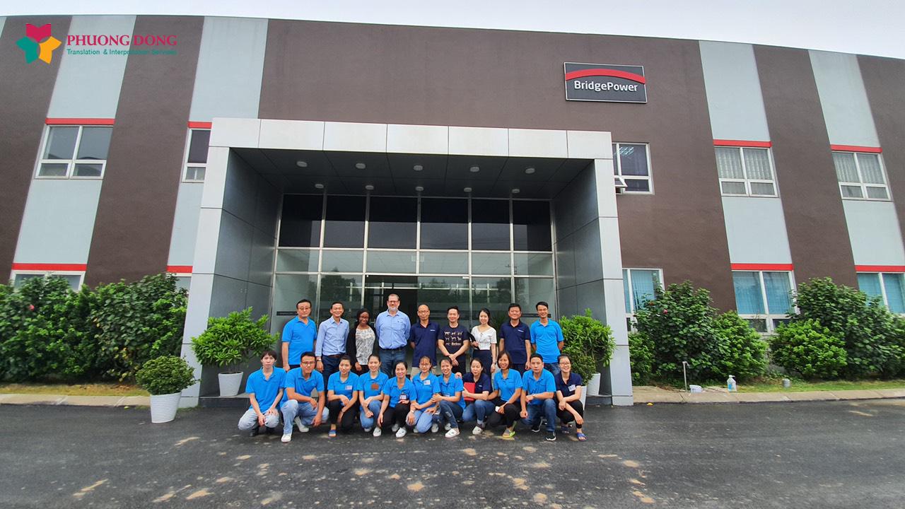 chụp ảnh kỷ niệm cùng chuyên gia Mỹ và công ty TNHH Bridgepower Việt Nam