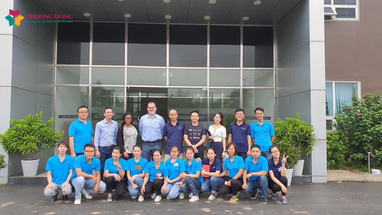 Chụp ảnh kỷ niệm cùng chuyên gia Mỹ, công ty Bridgepower Việt Nam