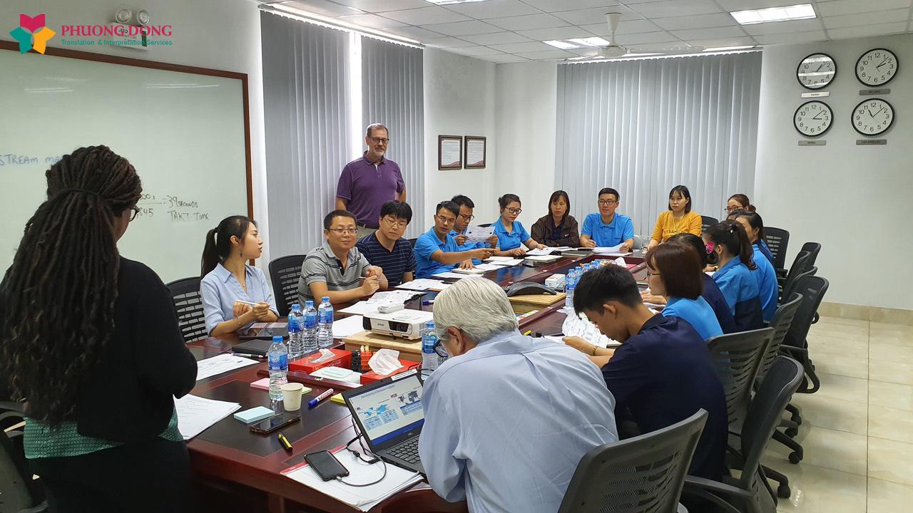Buổi làm việc tại phòng họp của phiên dịch viên