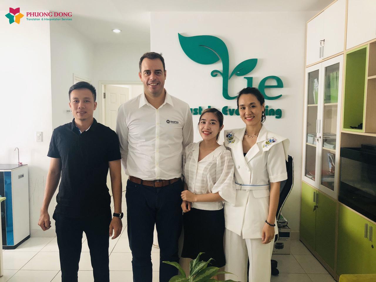 Phiên dịch viên tiếng Anh (thứ hai từ phải qua) chụp ảnh cùng đại diện công ty TNHH Tie Việt Nam
