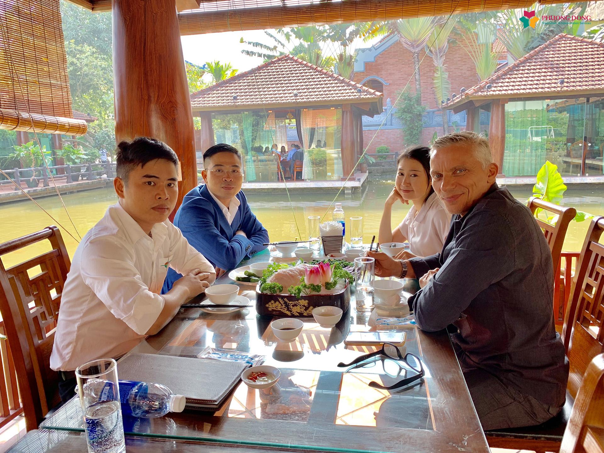 Nữ phiên dịch viên của Phương Đông và đại diện công ty dùng bữa trưa cùng đối tác