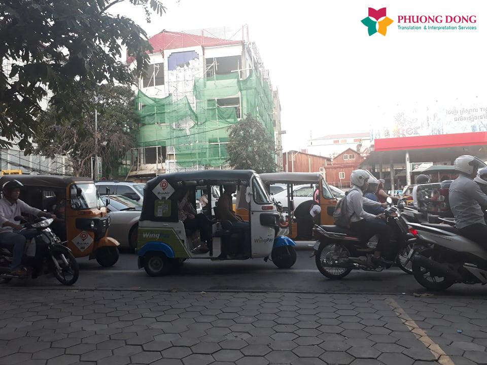 Giao thông tại Campuchia vị trí đối diện với địa điểm thuê mặt bằng