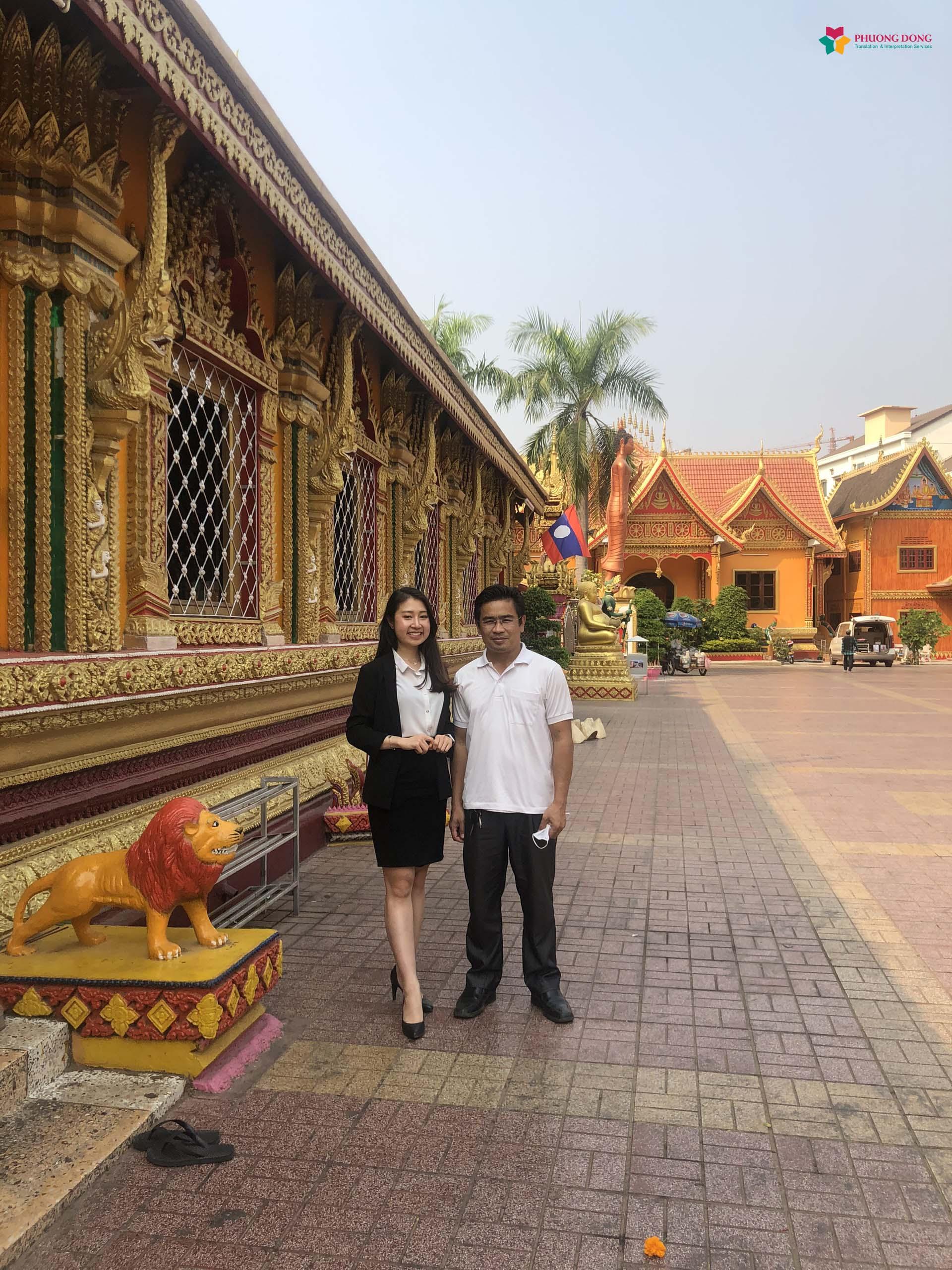 Phiên dịch viên chụp ảnh kỷ niệm tại Lào