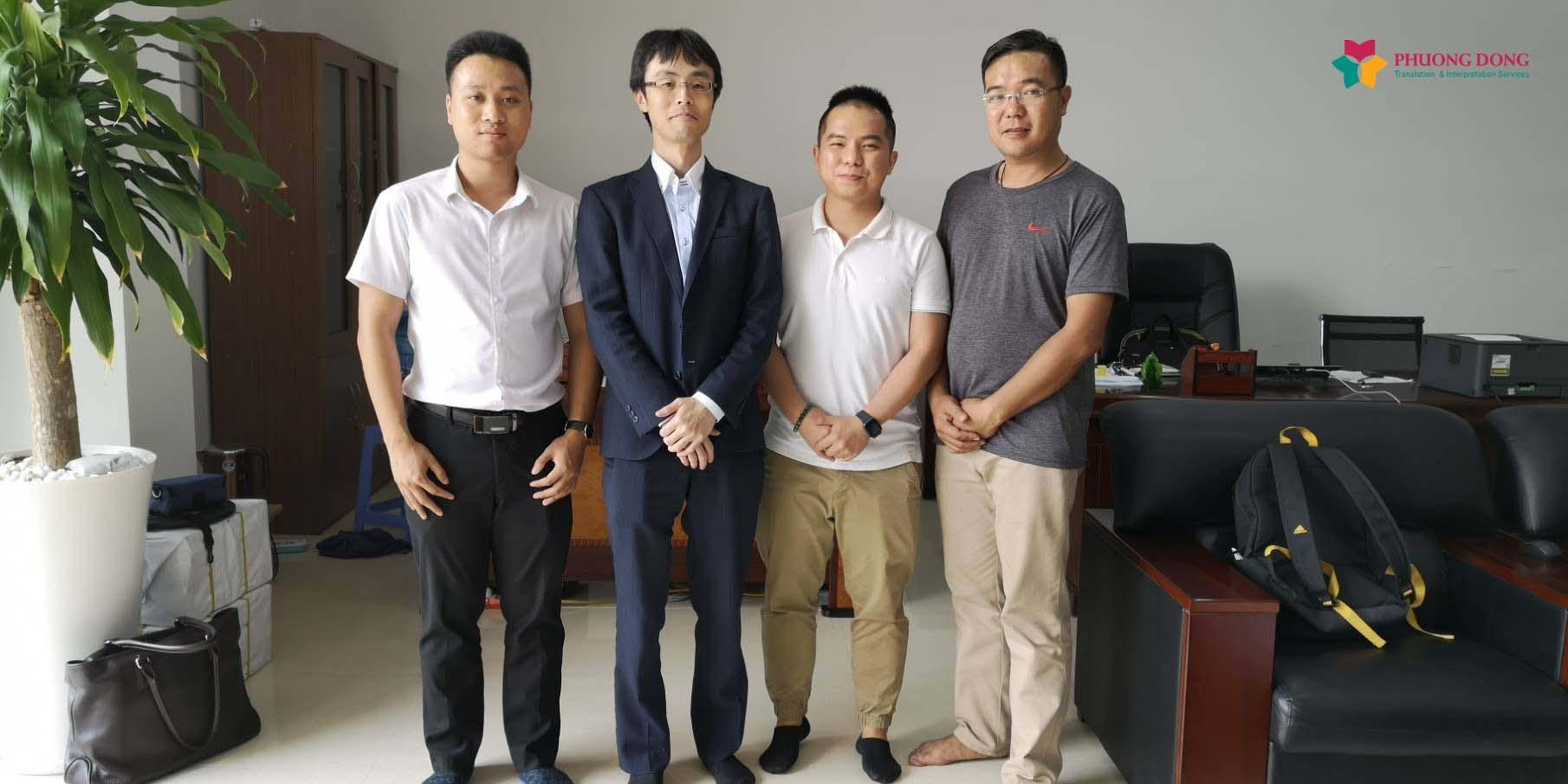 Phiên dịch viên Đạt Nguyễn (áo sơ mi trắng) chụp cùng khách hàng - Ảnh: Dịch Thuật Phương Đông