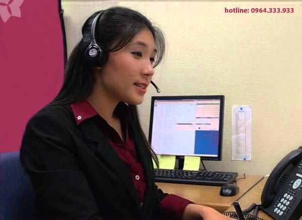 Thông dịch viên đang thực hiện việc phiên dịch qua điện thoại cho khách hàng