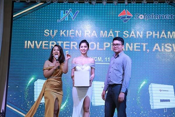 MC song ngữ Nguyên Thảo của Dịch Thuật Phương Đông tại một dự án phiên dịch cho sự kiện ra mắt sản phẩm
